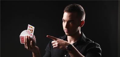 יוהן מחזיק קלפים